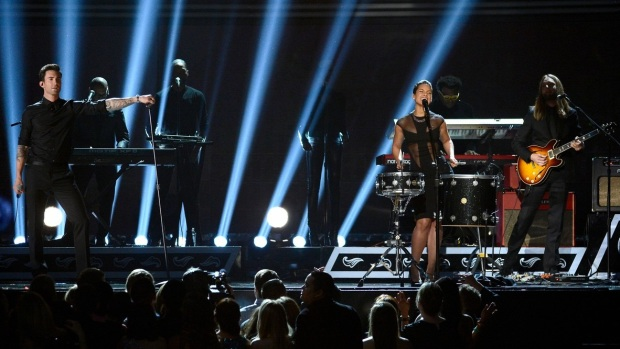 alicia-keys-maroon-5-grammys-2013-performance-watch-now-08