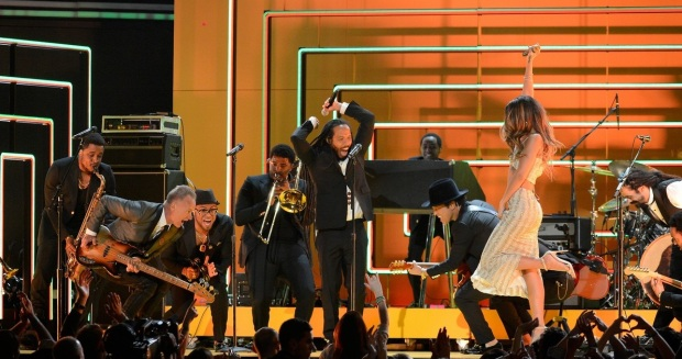 rihanna-bob-marley-tribute-at-grammys-2013-watch-now-04
