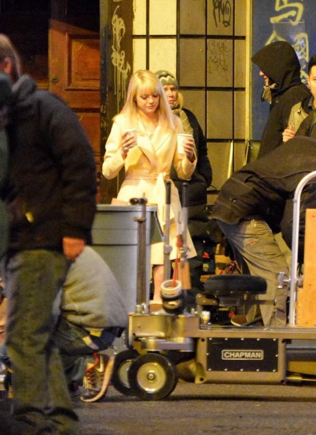 emma-stone-andrew-garfield-scene-stealing-couple-on-amazing-spiderman-2-set-06