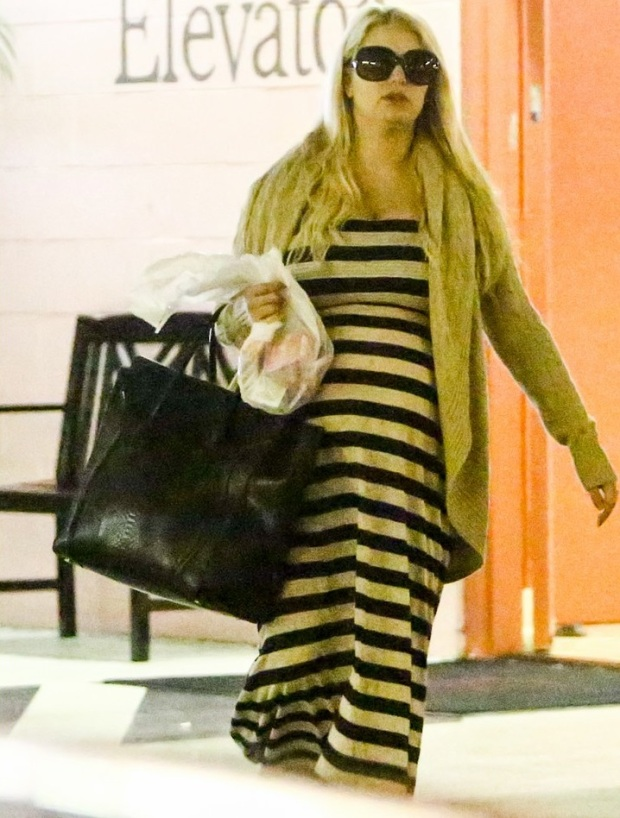 pregnant-jessica-simpson-eric-johnson-doctors-office-with-maxwell-04