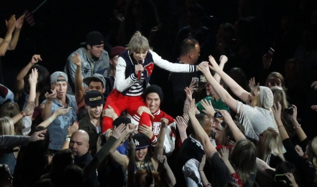 taylor-swif-kicks-off-red-tour-03