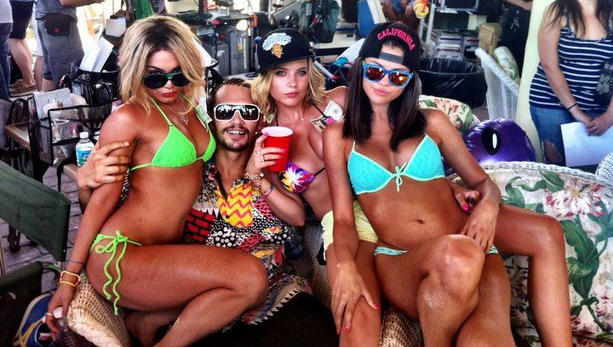 Vanessa-Hudgens-y-Selena-Gomez-en-Spring-Breakers_noticia_main_landscape